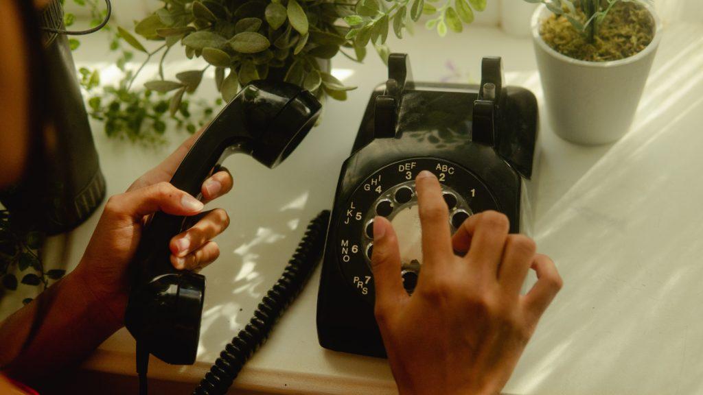 Quale tecnologia permette di utilizzare i servizi internet per parlare al telefono?